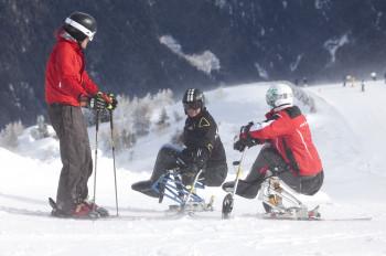 Pistenspaß trotz Handicap: In vielen Tiroler Skigebieten kann man Monoskifahren