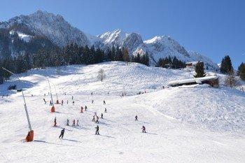 Perfekt für Anfänger und Wiedereinsteiger sind die vielen blauen Pisten im Skigebiet Zahmer Kaiser.