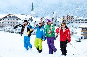 Direkt am Ort Hinterthiersee liegen die Skipisten des Skigebiets Tirolina.