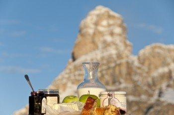 """Herrliches Panorama genießt du beim """"Frühstück mit Pulverschnee"""" in Alta Badia."""