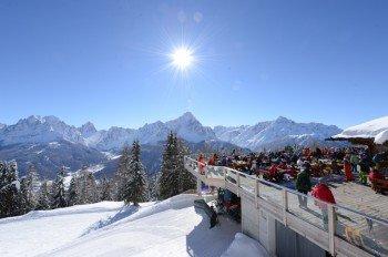 """Eine herrliche Aussicht genießen Tourengeher beim """"Drei Zinnen Mountain Brunch"""" am Helm."""