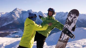 Da kommt Freude auf: Mit dem Angebot Engadin Scuol Skipass inklusive bekommst du schon ab der ersten Übernachtung den Skipass von deinem Gastgeber geschenkt.