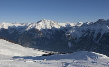 Bei einem Skiurlaub in Scuol solltest du dir auf keinen Fall die sogenannte Traumpiste vom Berg Salaniva hinunter nach Sent entgehen lassen.