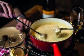 In Scuol kannst du in einer Gondel ein leckeres Käse-Fondue genießen.