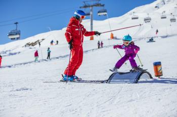 Die Skischule Scuol vermitteln kleinen Pistenflöhen kindgerecht den Spaß am Skifahren.