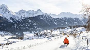Die vielen Schlittelwege im Unterengadin bieten rasantes Schneevergnügen für Groß und Klein
