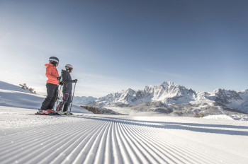 Der Großteil der Pisten im Skigebiet sind blau und rot markiert.
