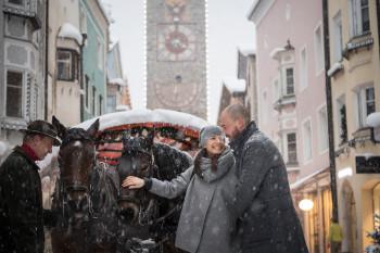 Wintersport und verschneite Stadtromantik - in Bozen, Brixen und Sterzing ist beides möglich.