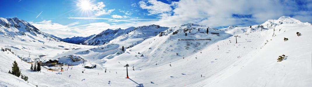 Eingebettet in eine traumhafte Kulisse hat das Skigebiet Obertauern 100 Pistenkilometer zu bieten.
