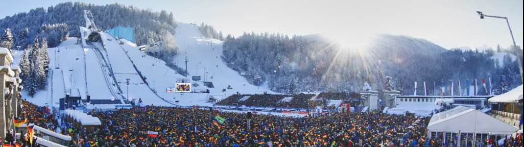 Zehntausende fiebern beim Skispringen live vor Ort mit, wie beim Neujahrsspringen in Garmisch-Partenkirchen.