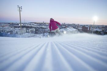 Skifahren über den Dächern Stockholms kannst du im Skigebiet Hammarbybacken.