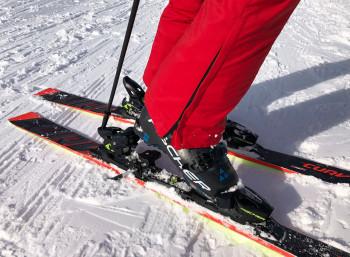 Zum Öffnen der Bindung ist der Skistock ein geeignetes Hilfsmittel.