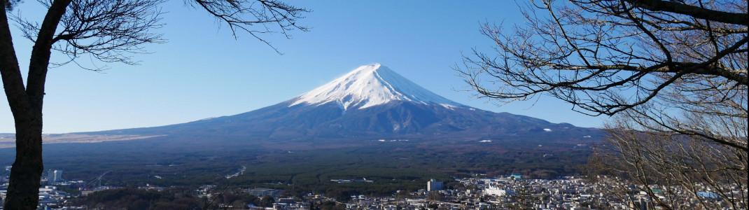Das höchste Berg und das Wahrzeichen des Landes: der Vulkan Fuji. Du siehst ihn gut während deiner Fahrt von Tokio in die Skigebiete um Nagano.