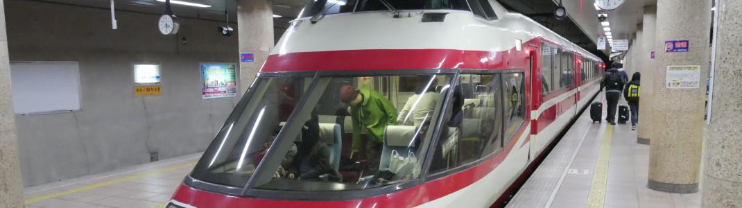 Sehr gut ausgebaut ist das öffentliche Netz in Japan. Mit Zügen und Bussen kommst du komfortabel in alle großen Skigebiete.