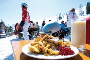 Frischer Kaiserschmarrn ist nur eine der vielen leckeren Tiroler Spezialitäten.