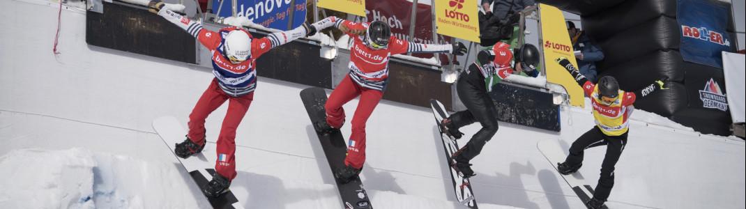 Beim Snowboard Cross starten die Teilnehmer gleichzeitig auf die Strecke.