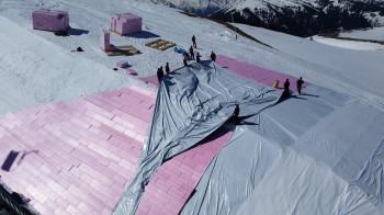 In Kitzbühel wird das Schneedepot zunächst mit Hartschaumplatten und Folie abgedeckt.