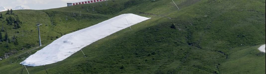 Während des Sommers wartet der Schnee der letzten Saison auf seinen erneuten Einsatz im Herbst.
