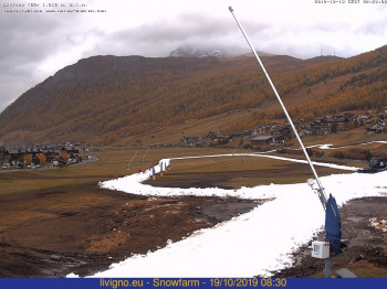 Ein weißes Band mitten im Herbst: In Livigno wird Mitte Oktober die erste Loipe mit dem Altschnee präpariert.