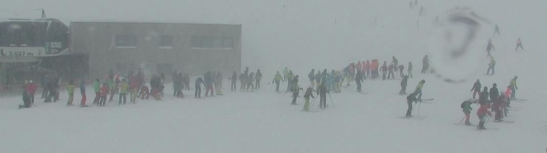 Am Sonntagvormittag waren viele Wintersportler zum Stubaier Gletscher.geströmt, um den vielen Neuschnee auskosten zu können. Mittags wurde das Skigebiet dann wegen Sturm geschlossen.