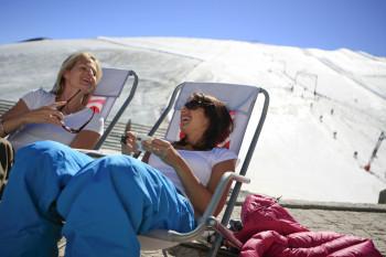 In Liegestühlen kannst du nach dem Skifahren in Les 2 Alpes relaxen.