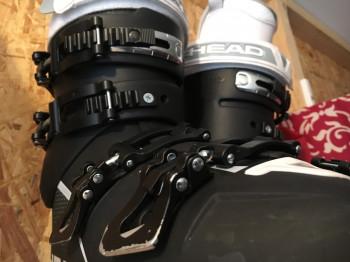 Die Schnallen der Skischuhe sollten über den Sommer unbedingt fest geschlossen werden.
