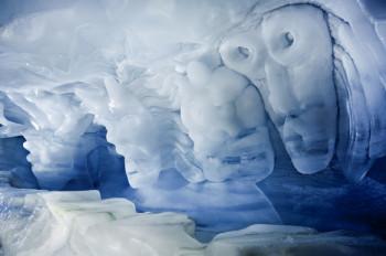 Saas-Fee bietet auch zahlreiche Aktivitäten im Sommer, wie den beeindruckenden Eispavillon und viele Wanderungen.