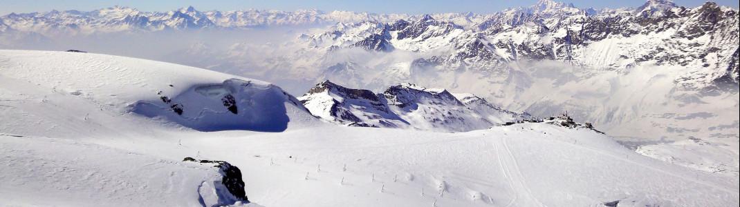Blick vom Kleinmatterhorn auf die Schlepplifte am Theodulgletscher und die Grenze nach Italien am Testa Grigia