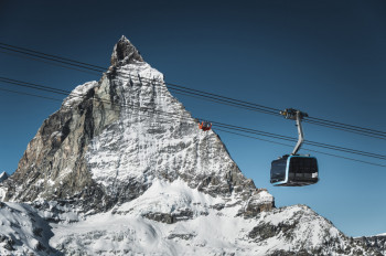 Im Angesicht des imposanten Matterhorns geht's mit der neuen 3S-Bahn zur Gipfelstation Matterhorn glacier paradise.