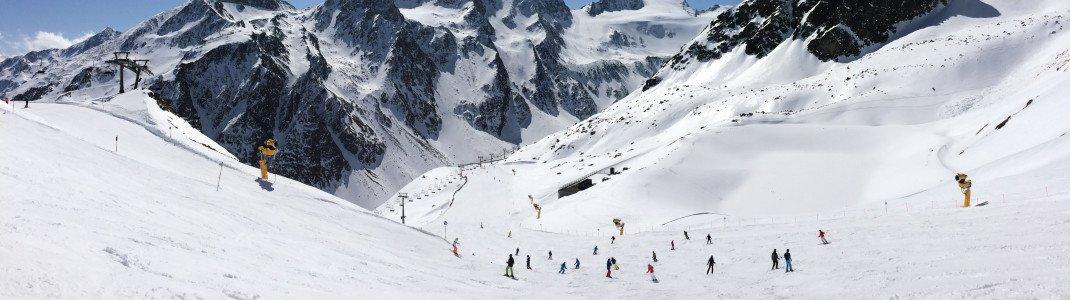 Blick vom Rotkogljoch hinüber zum Rettenbachgletscher und auf die Schwarze Schneid, mit 3.367 Metern der höchste Gipfel im Skigebiet.