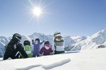 Entspanntes Pistenvergnügen und traumhafte Aussicht erwarten Wintersportler in der Zwei Länder Skiarena