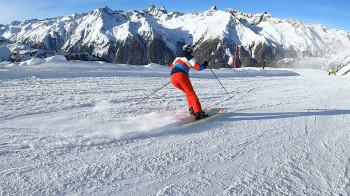 Beim Kurzschwung Kanten immer kurz und kräftig in den Schnee drücken und Körper nach vorne richten.