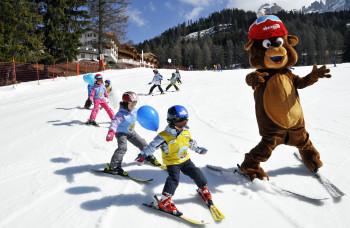 Bruno Bär lernt mit den Kids das Skifahren.