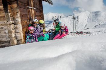 Die Surselva bietet Winterspaß für Groß und Klein.