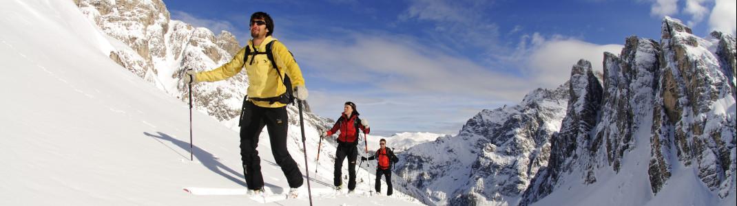 Vor Ort werden geführte Skitouren angeboten