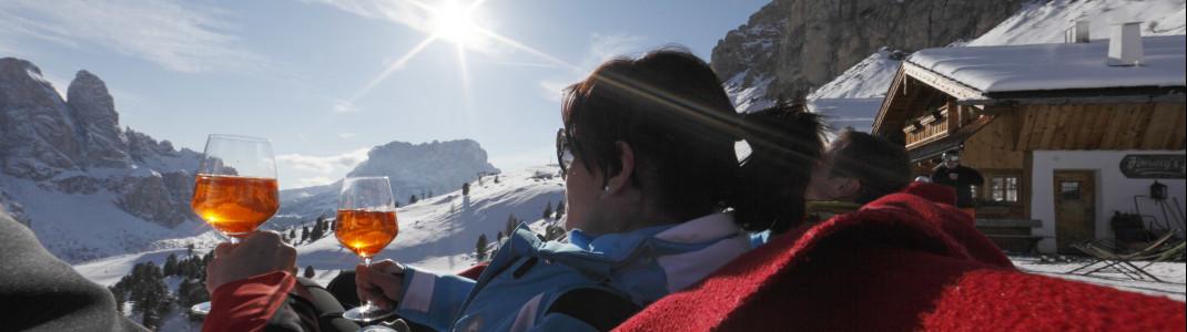 Alta Badia punktet mit Après Ski vor der herrlichen Dolomiten-Kulisse.