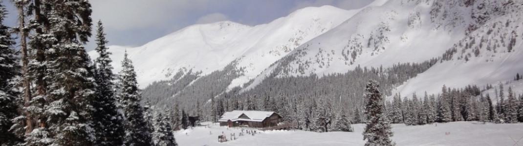 Blick über die Black Mountain Lodge auf die einfacheren Hänge Wrangler und Sundance im unteren Bereich des Skigebiets!