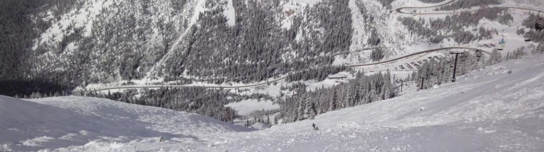 Blick hinunter ins Tal und auf die Straße Richtung Loveland Pass!