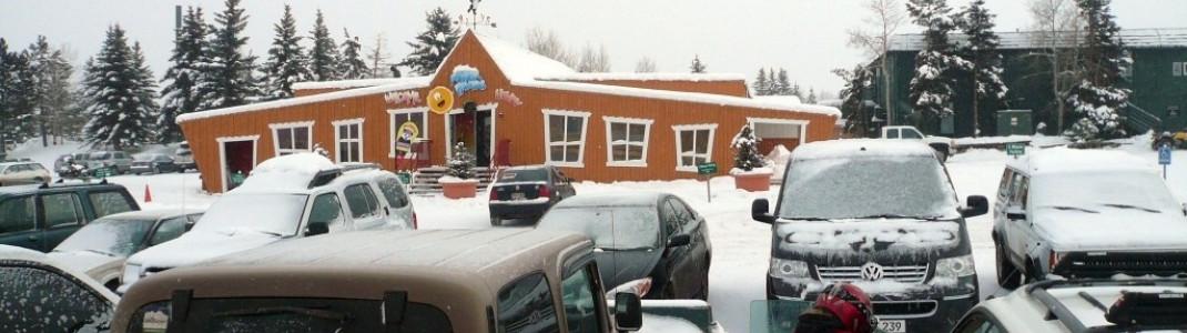 """Blick auf die Skischule """"Powder Pandas & Grizzlies"""" direkt an der Talstation in Buttermilk!"""