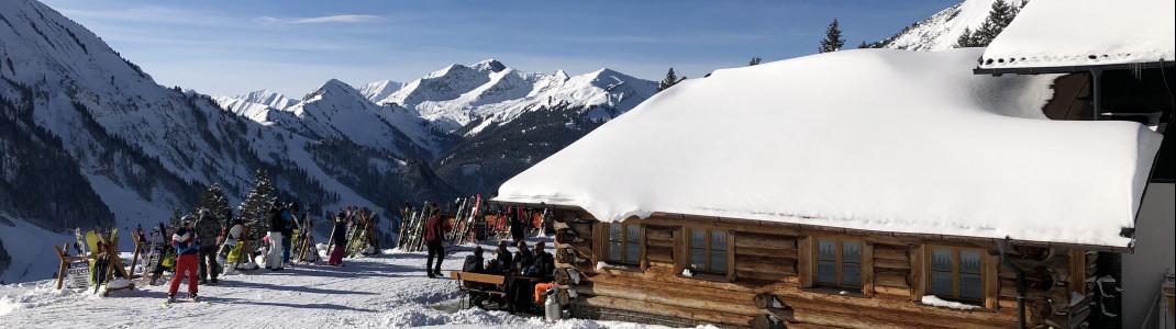 Die Hochalm liegt direkt neben den Bergstationen der Sonnalmbahn und Almkopfbahn.