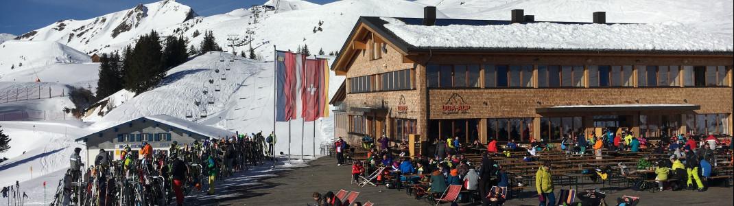 Viele Liegestühle erwarten die Skifahrer im Bergrestaurant Uga Alp.