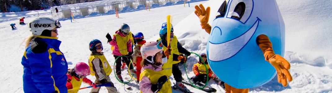 Maskottchen Gasti begleitet die Kinder am Übungshang in Dorfgastein.