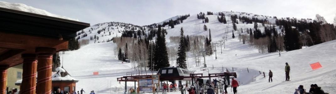 Morgendlicher Blick auf den 4er Sessellift Dreamcatcher, der die Skifahrer von den Parkplätzen ins Skigebiet bringt.
