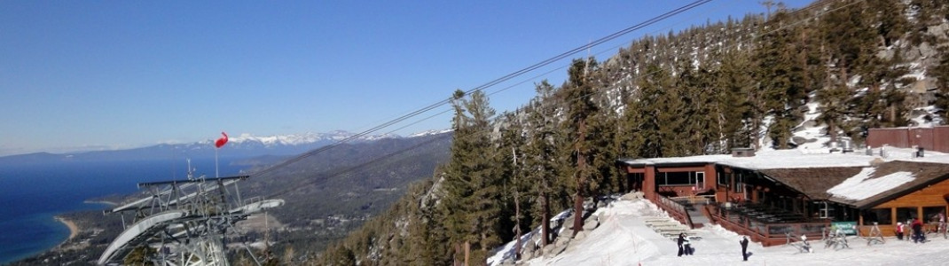 Die Lakeview Lodge an der Bergstation der Aerial Tramway bietet den Gästen eine Sonnenterrasse mit traumhaftem Ausblick auf den Lake Tahoe.
