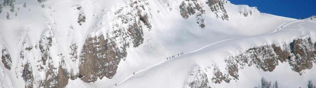 Aufstieg zu einer der zahlreichen Backcountry Abfahrten abseits der präparierten Pisten! Photographer: Colin Meadows/JHMR