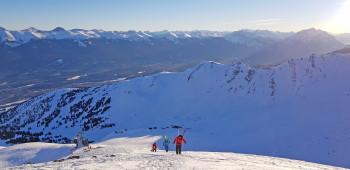 Nach dem Aufstieg zum Gipfel des Marmot Peak wartet eine traumhafte Tiefschneeabfahrt