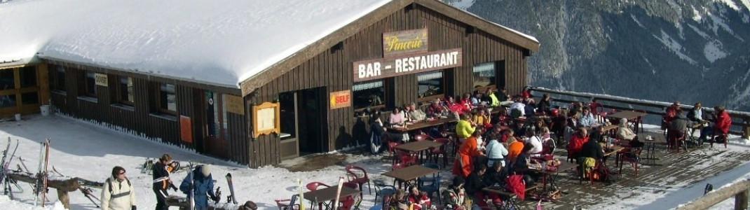 Die einzig nennenswerte Après Ski Hütte (mit Ausnahme der Talstationen) des Skigebietes findet man an der Bergstation des Sesselliftes L'Ousière!