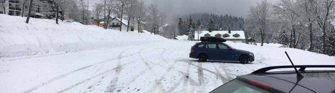 Kostenlose, großzügige Parkplätze stehen rund um das Skigebiet bereit. Auch für Busse!