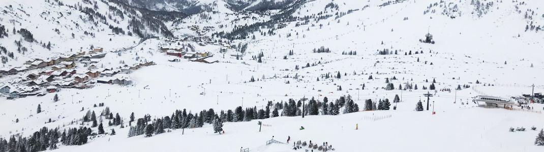 Ganz rechts im Bild die Bergstation Edelweissbahn, dahinterliegend die Edelweissalm, in der legendäre Après-Ski-Partys steigen