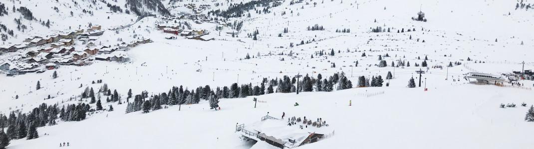Vom Plattenkar aus sieht man rechts im Bild die Bergstation Edelweissbahn. Dort befindet sich die bekannte Edelweisshütte, ein beliebter Treffpunkt zum Einkehrschwung sowie Hotspot für Après-Ski-Partys